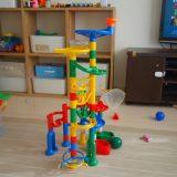 【くみくみスロープ】4歳児が遊んだレビューと感想!くもんのオモチャって夢中になるよね。