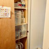 狭い場所の収納は突っ張り棚と無印良品の引き出しを使う。狭くても分かりやすい収納へ。